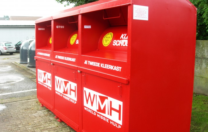 drie kledingcontainers wmh
