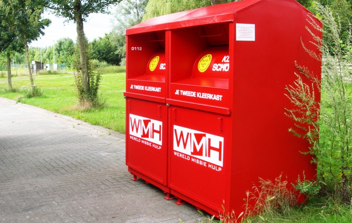 twee rode kledingcontainers