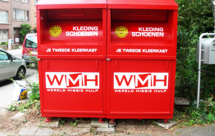 twee rode kledingcontainers wmh