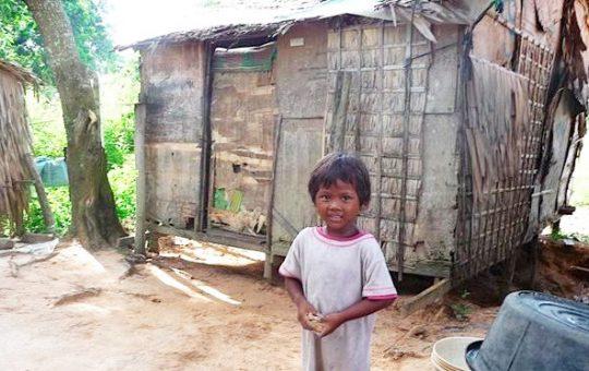 kind voor hutje Cambodja
