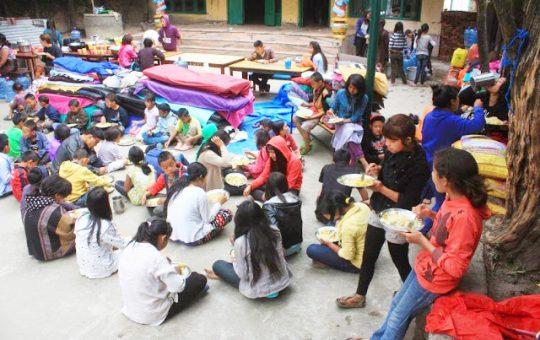 kinderen nepal buiten eten project