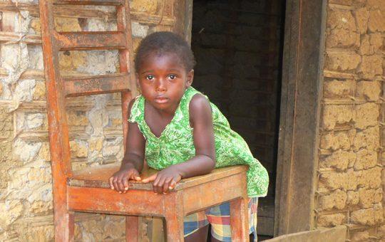 meisje op stoel Kameroen