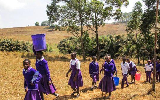 water dragen studenten kameroen