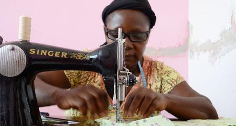 vrouw naaimachine