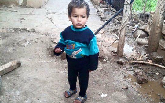 syrisch-kind-op-blote-voeten-sos-syrian-children