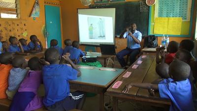 Anna goes to school 2 - Leraar geeft les in gebarentaal w